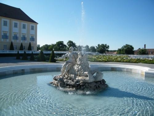schlosshof foto fontana Zámok Schlosshof na dohľad od Devínskej Novej Vsi