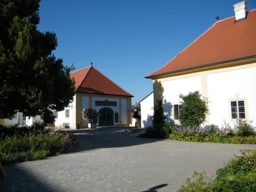 sluzobnictvo Zámok Schlosshof na dohľad od Devínskej Novej Vsi